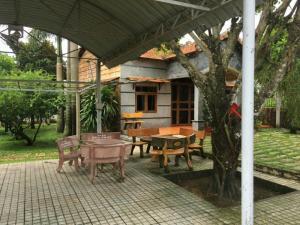 Biệt thự mini và 1 căn nhà gỗ 50m x 42m  xã Phước Hiệp thuộc huyện Củ Chi