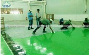 Công nhân đang thi công sơn sàn công nghiệp Epoxy
