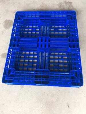 Pallet nhựa Môi Trường Xanh Đa dạng màu sắc: đen, ghi, xanh dương,.. Pallet có 20 điểm chống trượt và 4 hướng nâng .Ưu điểm: Độ bền cao, chịu được mọi thời tiết, chịu được tải trọng nặng, dễ mang vác