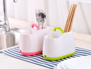 Khay đựng muỗng đũa với thiết kế gồm 2 ngăn riêng biệt, giúp bạn phân loại và sắp xếp muỗng, đũa gọn gàng, ngăn nắp hơn.