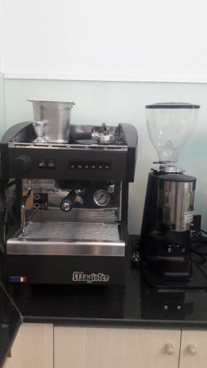 Bán thanh lý máy pha cà phê cũ đã qua sử dụng nhập khẩu Ý còn mới 95% hiệu MAGISTER ES 60 và máy xay cà phê CARIMALI giá rẻ 49.300.000đ .