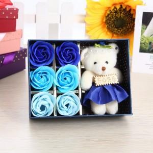 Hoa hồng sáp thơm gồm 6 bông kèm gấu giá sỉ là sản phẩm được tạo hình đẹp mắt và sống động cùng hương thơm quyến rũ, là quà tặng thú vị mà bạn có thể lựa chọn để dành cho người mà mình yêu quý.