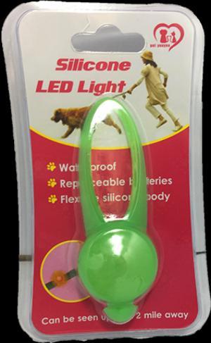 Đèn có thể thay pin, có nhiều chế độ sáng: sáng liên tục, nhấp nháy 1 lần và nhấp nháy 2 lần. Công dụng:  -Đèn led để móc vào vòng cổ, giúp giữ an toàn cho thú cưng trong bóng đêm, -Ánh sáng của đèn có thể nhìn thấy trong bán kính hơn ½ dặm. Có 5 màu: đỏ, xanh biển, hồng, cam, xanh lá.