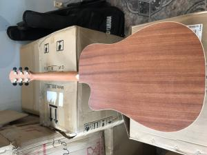 Lưng đàn được làm bằng gỗ Mahogany