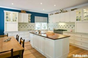 Tủ bếp gỗ Căm Xe màu trắng sơn men chữ L có bàn đảo – TBT27