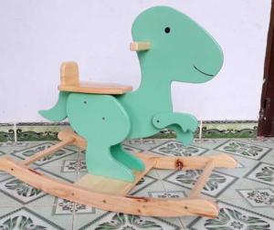 Bập bênh khủng long được sản xuất tại Việt Nam Chất liệu: gỗ thông Màu sắc: như hình, nước sơn bảo đảm an toàn đối với sức khoẻ. Kích thước: 80 x 35 x 57cm Độ tuổi: 1,5 - 5 tuổi 450k