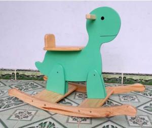 Bập bênh rùa được sản xuất tại Việt Nam Chật liệu: gỗ thông Màu sắc: như hình, nước sơn đảm bảo an toàn đối với sức khoẻ. Kích thước: 80 x 37 x 57cm, ( D x R x C) cm Độ tuổi: 1,5 - 5 tuổi 450k