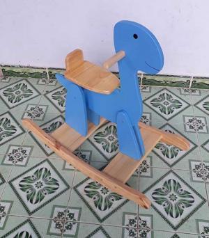 Bập bênh khủng long  được sản xuất tại Việt Nam Chật liệu: gỗ thông Màu sắc: như hình, nước sơn đảm bảo an toàn đối với sức khoẻ. Kích thước: 80 x 37 x 57cm, ( D x R x C) cm Độ tuổi: 1,5 - 5 tuổi 450k