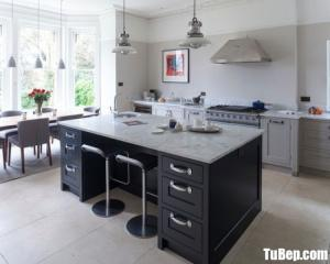 Tủ bếp chất liệu Xoan đào sơn gam màu xám kết hợp bàn đảo xinh xắn