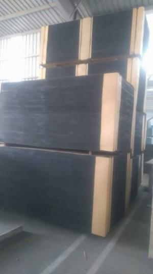 Ván ép phủ phim màu nâu dùng trong xây dựng