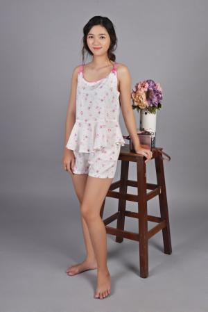 Set đùi trắng bông hồng, áo hai dây, vải tôn lạnh cao cấp, giá 160k