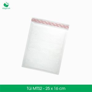 NGUYÊN LIỆ U ĐÓNG GÓI GIAO HÀNG CHUYỂN PHÁT NHANH COD Sản phẩm: Túi giấy lót bong bóng khí (chống sốc) MTS2 - 25x16 cm  Đặc điểm: Dạng túi giấy kết hợp lót bong bóng khí ( màng xốp hơi ),tiện dụng,chỉ cần bỏ sản phẩm vào túi và quấn lại mà không cần phải cắt.  Thời gian xử lý đơn hàng nhanh hơn Tiết kiệm thời gian, công sức hơn so với dạng cuộn và đóng gói vận chuyển phù hợp theo quy định của các hãng vận chuyển hàng trong nước và ngoài nước.  Kích thước sản phẩm: MTS2 - 25x16 cm Hình thức: Dạng túi giấy lót bong bóng khí (chống sốc) Danh mục: Sản phẩm chêm chèn chống va đập Sản phẩm: Túi giấy lót bong bóng khí (màng xốp hơi , Bubble wrap) Công năng: Bảo vệ trực tiếp sản phẩm, đặc thù các sản phẩm dễ vỡ, chêm chèn chống va đập. Khác với mút xốp,thùng carton công năng của màng xốp hơi chống va đập KHÔNG TRUYỀN LỰC, vì vậy khi bảo vệ bằng màng xốp hơi, túi giấy lót bóng khí (chống sốc) sẽ giúp cho sản phẩm được bảo vệ an toàn nhất so với chêm chèn bằng mút xốp