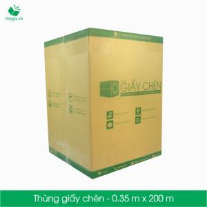 """TẠI SAO """"THÙNG GIẤY CHÈN"""" SẼ TẠO CUỘC CÁCH MẠNG ĐÓNG GÓI  Thùng giấy chèn của Magix được hình thành từ một cuộn giấy tái chế cấp thấp có khổ 35cm và chiều dài 200m. Cuộn giấy này được bỏ trong một thùng carton có nắp, giúp dễ dàng sử dụng và thao tác khi đóng gói.    Vậy tại sao phải lựa chọn thùng giấy chèn. Ưu điểm của sản phẩm mới này là gì?  Tiết kiệm chi phí Được sản xuất bằng nguyên liệu là giấy tái chế cấp thấp, do đó """"thùng giấy chèn"""" có chi phí rất thấp so với các nguyên liệu chêm chèn khác như xốp định hình hoặc cuộn bong bóng khí. Việc sử dụng """"thùng giấy chèn"""" để đóng gói sẽ giúp bạn tiết kiệm rất nhiều chi phí từ chi phí mua hàng, chi phí vận chuyển, thể tích chêm chèn lại lớn hơn. Trung bình với 1 thùng giấy chèn, bạn có thể chêm được khoảng 400-500 đơn hàng nhỏ dưới 1kg.    Tiện lợi khi đóng gói Xét về tính hữu dụng, khác hoàn toàn với xốp chèn chỉ phủ kín không gian thùng hay bong bóng khí để chống sốc; thùng giấy chèn có tính đa dụng hơn: vừa có thể chêm phủ kín không gian thùng, vừa có tính đàn hồi để giảm lực tác động bên ngoài vào sản phẩm. Thậm chí bạn có thể dùng giấy này để dùng thay cho thùng bóng khí, vừa chêm chèn, lại vừa chống sốc.  Nếu xét về tốc độ đóng gói, """"thùng giấy chèn"""" hoàn toàn vượt trội so với 2 nguyên liệu còn lại bởi đặc tính dễ co bóp của giấy. Trung bình thời gian đóng gói dùng giấy chèn sẽ nhanh hơn 30% so với xốp chèn (do phải đo và cắt thành từng miếng nhỏ cố định) và 50% so với cuộn bóng khí (cắt từ cuộn to thành miếng nhỏ).    Tiết kiệm không gian lưu trữ Được thiết kế với kích thước đặt vừa trong 1 thùng carton (36 x 25.5 x 25.5 cm) có thể đặt đứng hoặc nằm khi sử dụng, nên thùng giấy chèn rất tiết kiệm không gian đóng gói và lưu trữ, giúp tiết kiệm được chi phí lưu kho và không gian nơi đóng gói.  Với thể tích nhỏ cũng dễ dàng giúp vận chuyển từ nơi này sang nơi khác, tránh trường hợp phải di chuyển sản phẩm cồng kềnh như xốp định hình hoặc cuộn bóng khí.    Thân thiện môi trường Việc sử dụng nhiều nguyên vật liệu đó"""