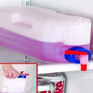 Bình có nắp và van vặn nước tiện dụng. Vị trí tay cầm được thiết kế lõm và có rãnh chống trượt, giúp bạn cầm nắm dễ dàng.