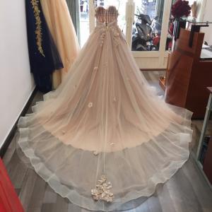 Váy cưới dáng xòe, cúp ngực xếp, màu sắc phối tinh tế