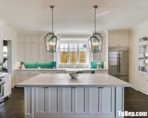 Tủ bếp gỗ Căm Xe màu trắng sơn men có bàn đảo tiện dụng – TBT36