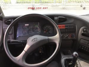 Vô lăng lớn, ghế tài có hiệu chỉnh bằng hơi mang lại cảm giác êm ái cho tài xế.