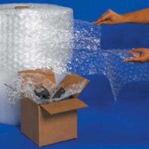 - Màu sắc: Trắng trong  - Xuất xứ: VN  - Mô tả:  Màng xốp hơi air bubble 1m x 100m  (Quấn tivi, đồ điện tử, đồ dễ vỡ,..)  . Khổ rộng của màng xốp hơi: 1m  . Màu sắc: Trắng trong  . Đường kính lõi giấy: 30mm  . Độ rộng hạt khí : 10mm  . Chiều dài cuộn : 100m       Các sản phẩm Màng xốp hơi air bubble 1m x 10m do Công Ty UPACK cung cấp có chất lượng tốt , dễ sử dụng và lưu trữ https://upackco.com/