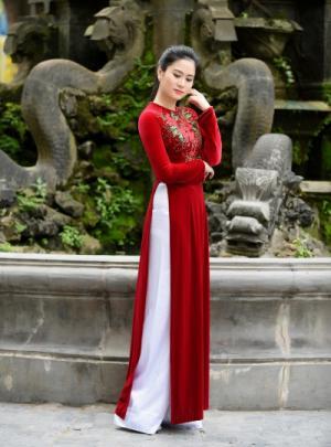 Áo dài trung niên màu đỏ thêu hoa lá xan