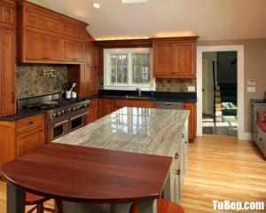 Tủ bếp gỗ Sồi nhập khẩu màu vân gỗ có bàn đảo tiện dụng – TBT41