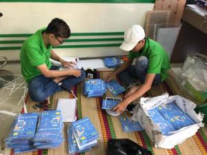 Nhân viên gia công hỗ trợ đóng gói tờ rơi A5 trước khi giao cho khách hàng