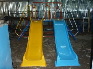 Cầu trượt dành cho bé tại các trường mầm non.