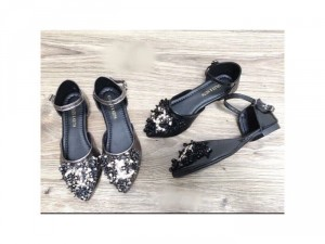 Giày bệt hở eo và giày búp bê đính đá