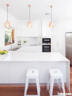 Tủ bếp chữ U chất liệu Acrylic bóng gương gam màu trắng sang trọng – TBN0047