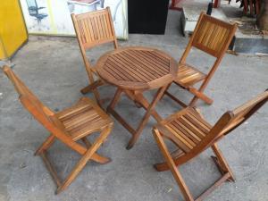 Thanh lí bàn ghế gỗ sân vườn