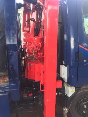 Xe tải huyndai Đồng vàng gắn cẩu 3 tấn 4 đốt có Chân nâng đầu sàn chở máy xúc,máy gặt.