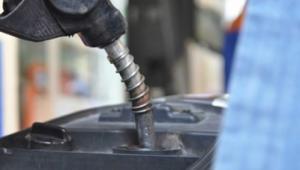 Nhân viên bán hàng xăng dầu tại cây xăng làm hành chính hoặc theo ca