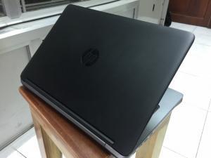 Máy tính xách tay HP Probook 640-G1 có thiết kế mỏng nhẹ vô cùng đẹp mắt. Thuộc dòng Probook nên mặc dù mỏng nhẹ nhưng 640-G1 vẫn vô cùng chắc chắn và bền bỉ. Máy được công nhận bởi Bộ Quốc Phòng Mỹ về tiêu chuẩn MIL-STD 810G, trong đó bao gồm các bài kiểm tra chỉ số về khả năng chống sốc va chạm và nhiệt độ. Màn hình được bảo vệ bởi một lớp Gorilla Glass bền bỉ, bàn phím được thiết kế chống tràn và làm cho chất lỏng thoát đi một cách nhanh chóng. -------------------------- THÔNG SỐ KỸ THUẬT Hãng sản xuấtHP CPUIntel® Core™ i5-4300U RAM4GB Độ Phân Giải1366x768 Màn Hình14 inch VGAIntel® HD Graphics Ổ CứngHDD 250GB Xuất sứMỹ - Châu Âu PIN/Battery6 cell BH: 03 tháng, Lỗi 1 đổi 1 Phụ kiện: Sạc Zin Theo máy  CAM KẾT HÌNH THỨC SẢN PHẨM - Hình thức máy bán ra 95-98% - Không bán máy xước nhiều, móp méo dã qua sửa chữa - Máy Nguyên Bản 100% (Giao dịch tại nhà nên mọi người yên tâm nhé) Hotline: 0941.922.639 - 0888.019.777