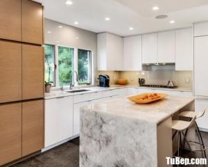 Tủ bếp chữ L chất liệu Acrylic bóng gương kết hợp bàn đảo – TBN0049
