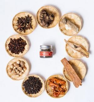Thơm mát  sảng khoái mùi hương dài lâu.  Hội tụ hơn 9 loại thảo mộc như là đinh hương, hạt tiêu đen, bạc hà, long não, xuyên khung, vỏ quế, cây thuộc họ cà phê, cây hồi và các loại thảo mộc quan trọng khác.  Cách dùng: Hít thảo dược khi có triệu chứng về đường hô hấp : giúp giảm , chóng mặt, nhức đầu, hoa mắt, ngạt mũi hoặc là say xe, say tàu.