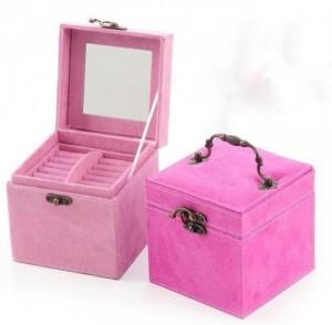 Bên trong nắp hộp đựng trang sức cao cấp có thiết kế thêm gương để bạn có thể tiện xem, make up và ngắm nhìn các món đồ trang sức của mình