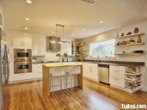 Tủ bếp Acrylic trắng kết hợp bàn đảo mang lại không gian bếp tiện nghi rộng rãi