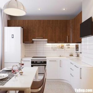Tủ bếp Acrylic trắng kết hợp Laminate vân gỗ cho không gian bếp nhỏ