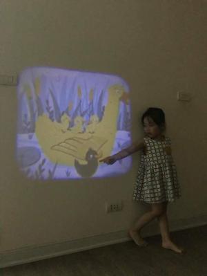 Đèn Pin Chiếu Phim Kể Chuyện Cho Bé