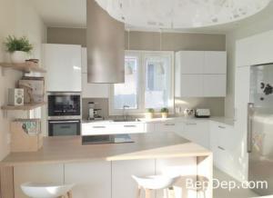 Tủ bếp Acrylic chữ L trắng bóng gương kết hợp bàn đảo
