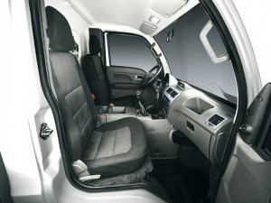 ca bin với nội thất đầy đủ loa đài, điều hòa, ghế lái xoay 3 hướng, kính chỉnh điện, có nút chỉnh gương chiếu hậu