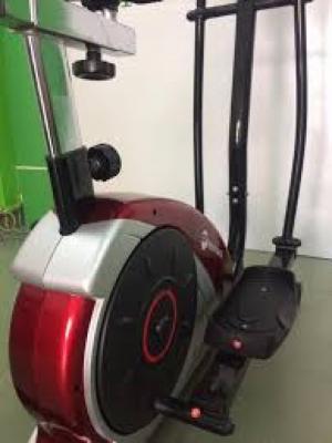 Đồng hồ hiển thị các thông số: Quãng đường, vận tốc, thời gian, calorie, nhịp tim.  Trọng lượng bánh đá: 7kg. Chuyển động 2 chiều. Kích thước: 1280mm x 700mm x 1610mm N.W:39.3KG; G.W.:45.5KG Tay vịn cố định đo nhịp tim Núm vặn điều chỉnh kháng lực Bàn đạp xe đạp tập nhựa cứng chịu lực có độ ma sát cao Bảo hành 1 năm tại nhà