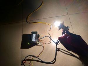 hình ảnh mô tả thiết bị dùng để hạ điện áp của máy biến áp từ 29V-12V để dùng cho chiếc bóng đèn 12v của ô tô, do thay đổi điện áp đầu vào máy biến áp - làm thay đổi điện áp đầu ra máy biến áp (29v-12v)