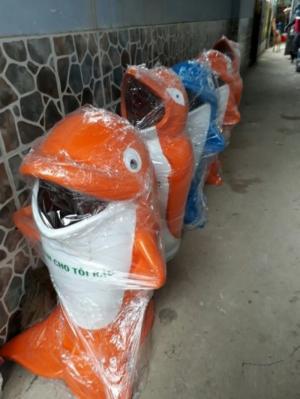 Thùng rác hình con cá heo chuột túi