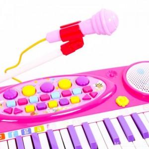 Thiết kế loa to, chất lượng âm thành to, đồng thời kèm micro giúp bé có thể vừa đàn vừa hát