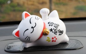 Mèo nằm thần tài may mắn được làm từ sứ cao cấp với nhiều hoa văn và màu sắc nổi bật