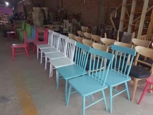 ghế gỗ đa màu