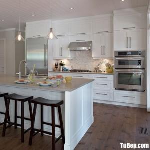 Tủ bếp gỗ Xoan đào sơn men trắng mang lại sư tinh tế cho không gian bếp