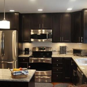 Tủ bếp chất liệu Căm Xe sơn PU sang trọng – TBN0070