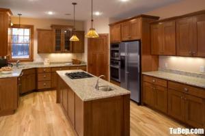 Tủ bếp gỗ Sồi có bàn đảo và khung tủ lạnh – TBT75