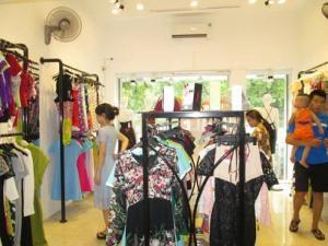 Nhân viên bán quần áo dịp Tết